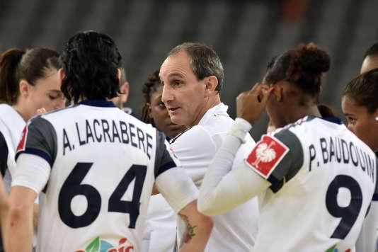 Alain Portes et ses joueuses, lors de l'Euro 2014, en Croatie.