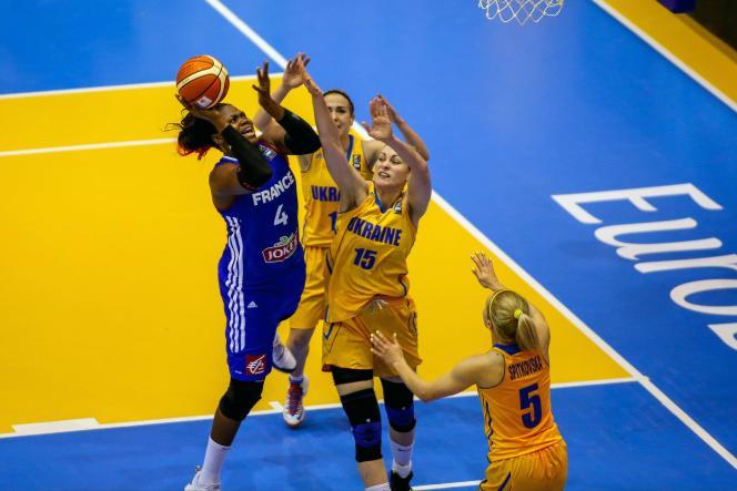Isabelle Yacoubou (en bleu) inscrit un panier face à l'Ukraine. La France l'emporte 79 à 55 lors de son premier match de l'Euro de basket 2015.