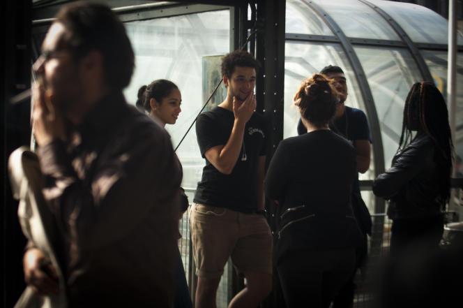 Des lycéens et des étudiants prennent une pause à la bibliothèque publique d'information du Centre Pompidou de Paris