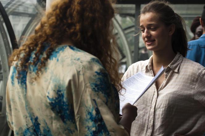 Deux lycéennes révisent leur géographie sur le balcon de la bibliothèque publique d'information du Centre Pompidou de Paris.
