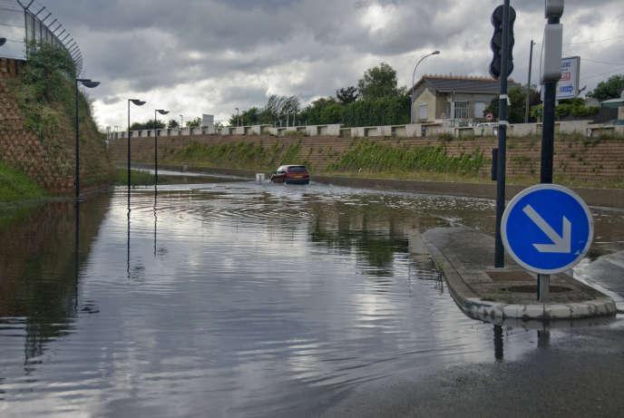 Inondation d'une rue à Orly (Val-de-Marne).