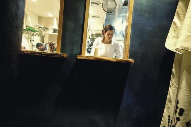 Homard sauté au jaune d'oeuf, morilles et foie gras poché, baozi au stilton et à la cerise Amarena (ci-dessus)...  Adeline Grattard propose une cuisine sereine dans un décor zen.