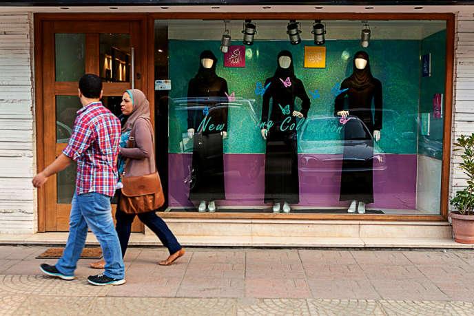 Certaines Egyptiennes considèrent le voile comme un simple accessoire de mode. Ici, une vitrine au Caire.