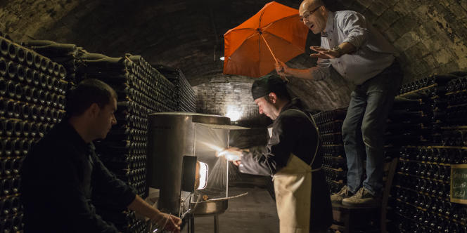 Dans la cave de Recaredo, Ton, Jordi et Josep Mata dégorgent les bouteilles de cava.