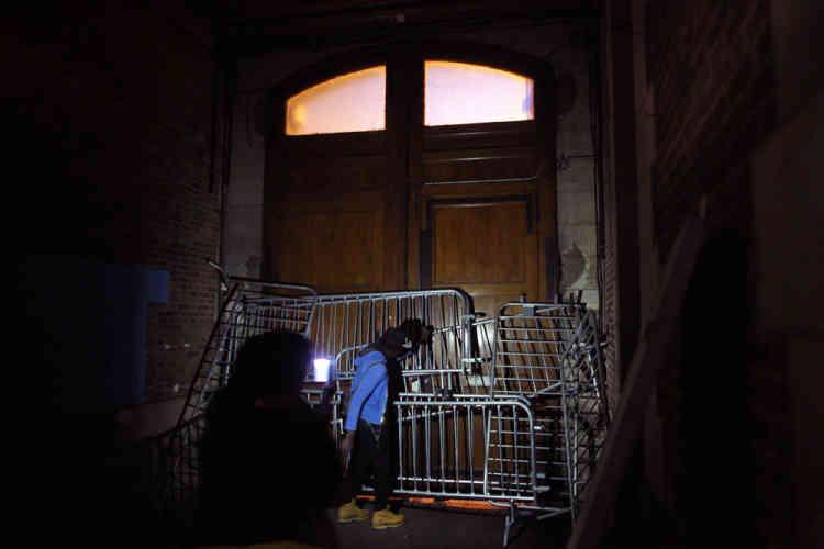 La porte principale de la caserne avait été barricadée, afin d'empêcher l'accès aux CRS, postés devant le bâtiment.