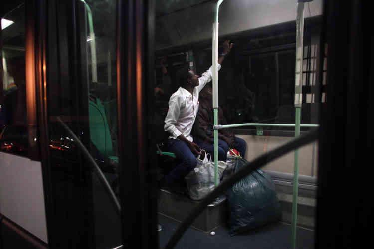 Après l'annonce du déblocage de 110 places par le cabinet d'Anne Hidalgo, les migrants ont commencé à quitter le bâtiment, en fin de soirée.