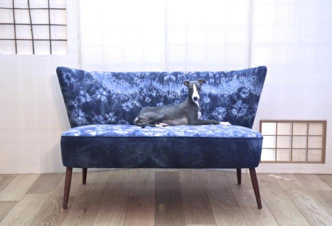 Canapé Ôtsuki-Sama habillé d'un Shibori indigo.