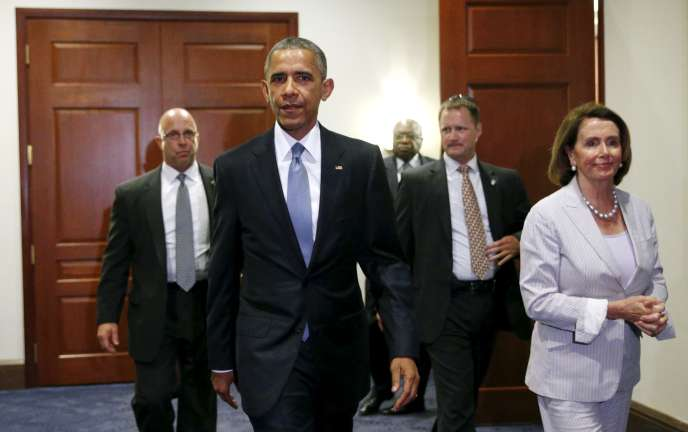Le président américain Barack Obama, accompagné de la cheffe de file des démocrates de la chambre, Nancy Pelosi, au Capitole, le 12 juin.
