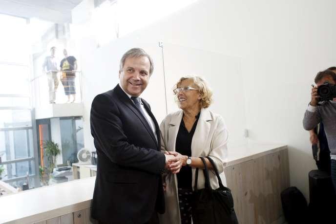Manuela Carmena a scellé son accord avec le Parti socialiste dans une conférence de presse, vendredi 12 juin. Elle sera investie maire de Madrid samedi.