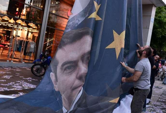 Le visage du premier ministre grec, Alexis Tsipras, imprimé sur un drapeau européen, le 11 juin à Athènes.