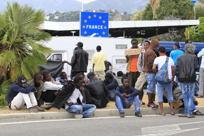 Des migrants attendent à la frontière entre l'Italie et la France, à Vintimille, le 12 juin.