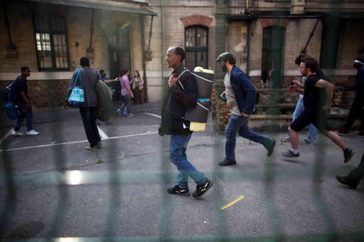 Vers 18 heures, les migrants accompagnés de militants d'extrême gauche, sont rentrés dans la cour de la caserne, située près de la gare de l'Est.