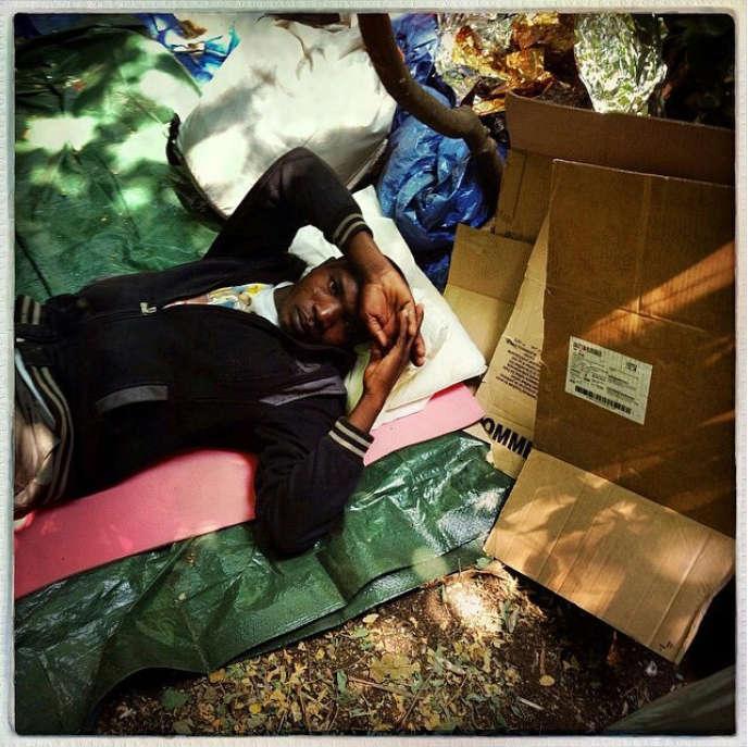 Les migrants se retrouvent dans des campements précaires à Paris.