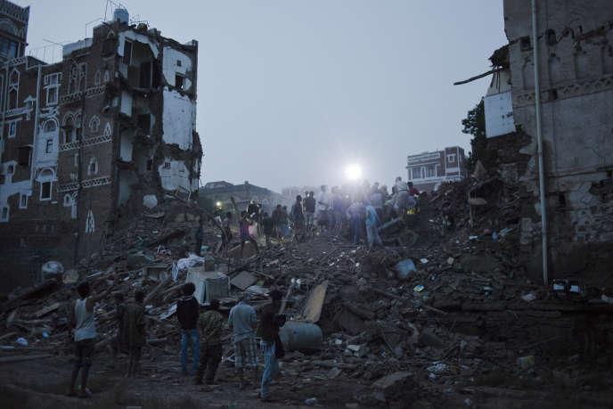 Voisins et amis tentent de secourir une famille piégée dans les décombres de leur maison, dans la vieille ville de Sanaa, détruite par un raid aérien saoudien, le 12 juin.