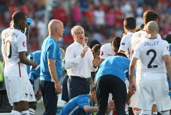 Didier Deschamps parmi ses joueurs lors d'un match amical contre l'Albanie, le 13 juin 2015 à Elbasan.