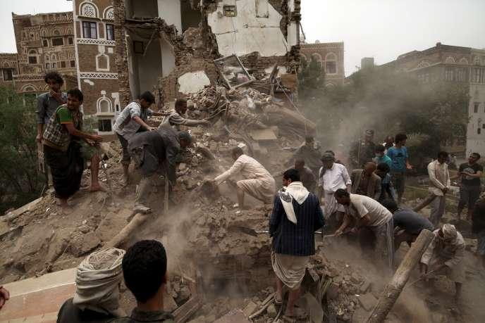 Des habitants recherchent des survivants dans les ruines des maisons de Sana'a détruites par les bombardements.