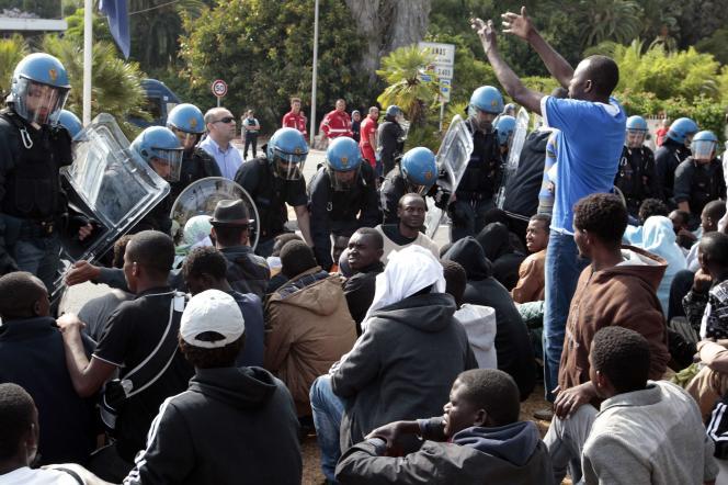 Près de deux cents migrants, demandant à pouvoir entrer en France, ont été dispersés par les forces de l'ordre.