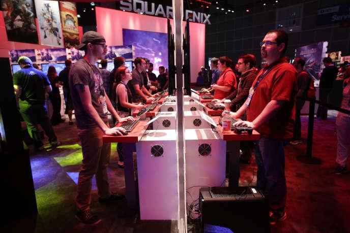 Des journalistes sur le stand Square Enix à l'E3 2014.