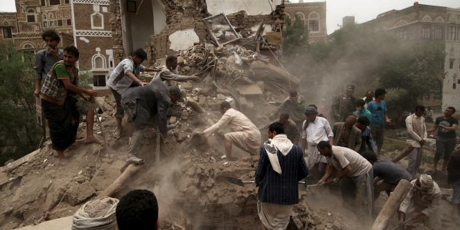La population de Sanaa recherche des survivants dans les ruines, après les bombardements sur la vieille ville effectués par la coalition arabe dirigée par l'Arabie saoudite, le 12 juin.