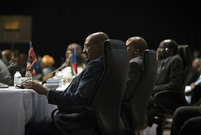 Omar Al-Bachir fait l'objet de deux mandats d'arrêt émis par la Cour pénale internationale (CPI) en 2009 et 2010, pour génocide, crimes contre l'humanité et crimes de guerre commis au Darfour.