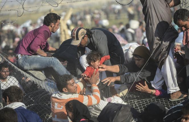 Une fois la frontière franchie, les réfugiés ont été dirigés vers des camps.