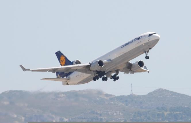 L'avion-cargo de la Lufthansa décolle de Marseille en direction de Barcelone, le 15 juin, avec les dépouilles de trente-deux Espagnols à son bord.