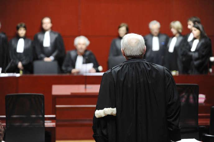 Des magistrats procèdent au renvoi de toutes les audiences, le 4 février 2011 au palais de justice de Nantes.