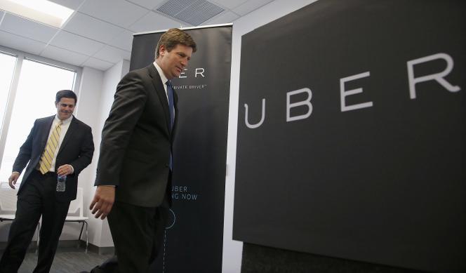 Le gouverneur de l'Arizona Doug Ducey, à gauche, et le maire de Phoenix Mayor Greg Stanton, à droite, lors de l'ouverture des nouveaux bureaux d'Uber le jeudi 11 juin 2015 à Phoenix.