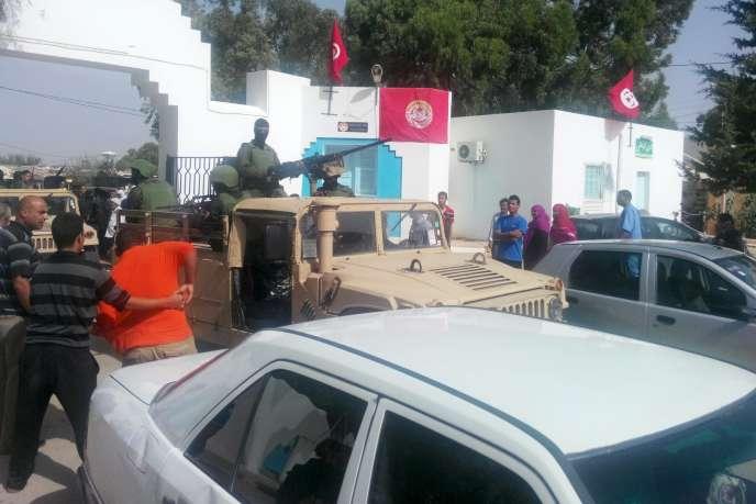 Des militaires tunisiens devant un hôpital de Sidi Bouzid, où sont soignés les blessés de l'attaque de lundi.