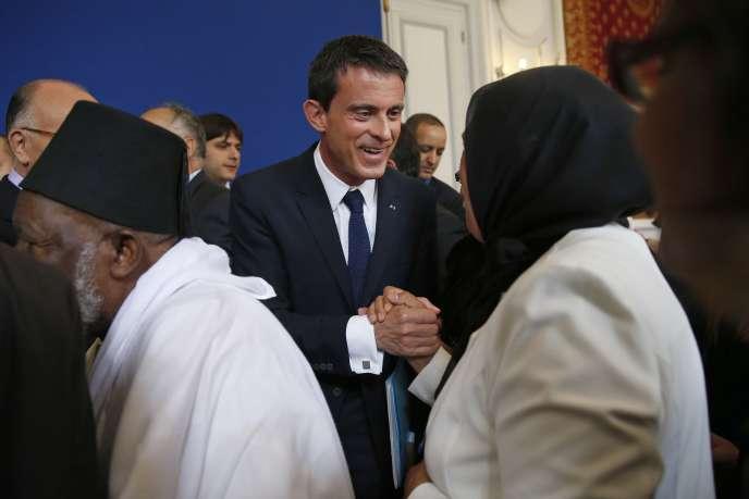 Le premier ministre, Manuel Valls, en compagnie de Latifa ibn Ziaten, la mère du soldat Imad ibn Ziaten, assassiné par Mohamed Merah.