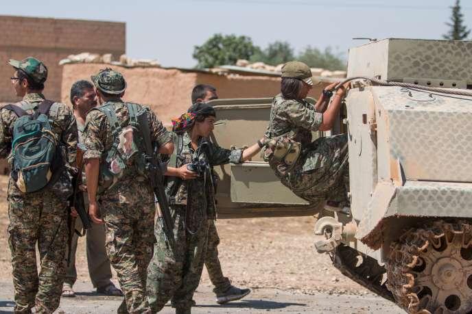 Les unités de protection du peuple kurde (YPG) aux portes de Tal Abyad, le14juin2015.