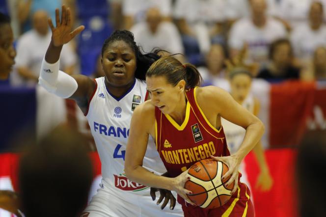 Isabelle Yacoubou (à gauche) et la Monténégrine Iva Perovanovic pendant le match France-Monténégro le 15 juin, lors de l'Euro de Basket.