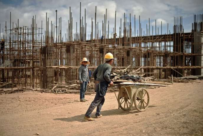 Ouvriers chinois travaillant sur la nouvelle ligne de chemin de fer reliant Addis Abeba à Djibouti, en mars 2015.