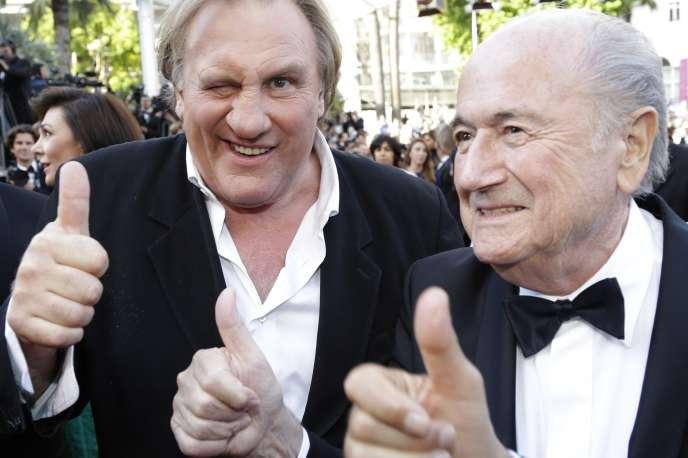 Le pouce de Gérard Depardieu, le pouce de Sepp Blatter et un troisième pouce sur le tapis rouge à Cannes, lors du Festival 2014.
