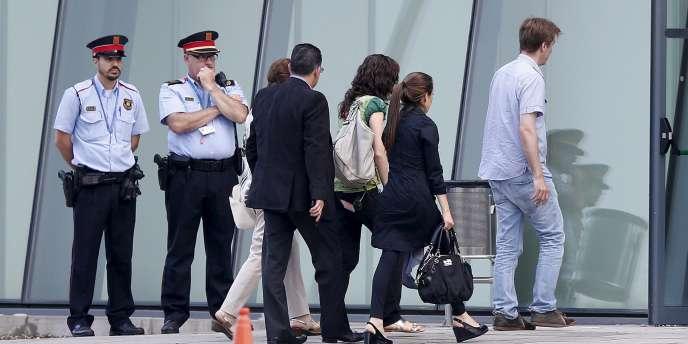Des proches des victimes arrivent alors que l'avion portant les dépouilles des victimes du crash de l'A320 de Germanwings atterrit près de Barcelone, en Espagne, le15juin2015.