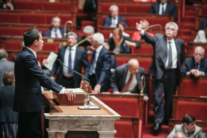 Le président du groupe communiste à l'Assemblée, André Chassaigne, quittant l'hémicycle pendant le discours de Manuel Valls où il a engagé la responsabilité du gouvernement sur la loi Macron.
