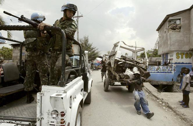 Un casque bleu brésilien en Haïti, en 2007.