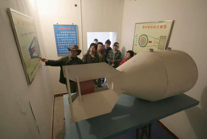 Un guide explique aux touristes la structure intérieure d'un dispositif nucléaire sur le site de la première d'armes nucléaires de base de la Chine dans le comté de Haiyan, le 6 mai 2007.  REUTERS/Simon Zo (CHINA)
