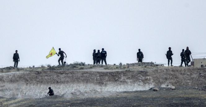 Des combattants des milices kurdes syriennes YPG prenant position dans la partie syrienne du poste-frontière de Tal Abyad (Akçakale pour les Turcs).