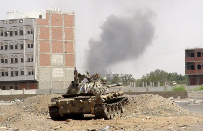La coalition arabe emmenée par l'Arabie saoudite a commencé ses  frappes aériennes au Yémen le 26 mars.