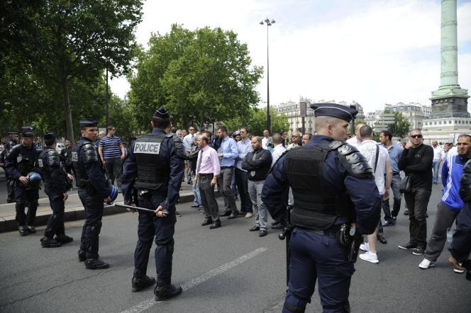 Manifestation de conducteurs de taxis à Paris, le 16 juin. En France, Uber – valorisé à quelque 50 milliards de dollars selon la presse américaine – revendique plus d'un million d'« utilisateurs réguliers » pour son application, dont 400 000 qui recourent à UberPOP.