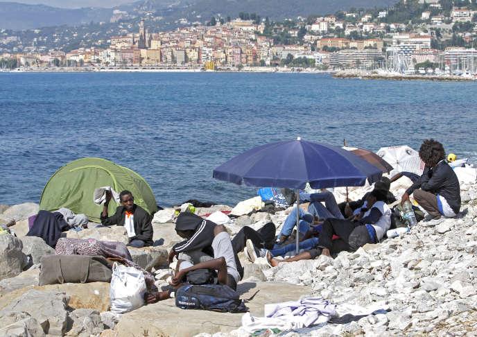 Des migrants sur une plage de la frontière franco-italienne le 16 juin, 2015.