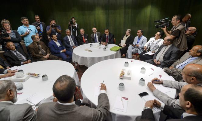 Discussions entre l'envoyé spécial de l'ONU pour le Yémen, Ismaïl Ould Cheikh Ahmed, et des rebelles houthistes, à Genève, le 16 juin.