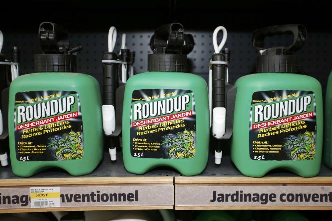 Des atomiseurs de Roundup (Monsanto), vendus dans un magasin de région parisienne.