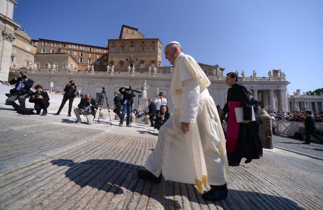 Le pape François sur la place Saint-Pierre, au Vatican, le 10juin.
