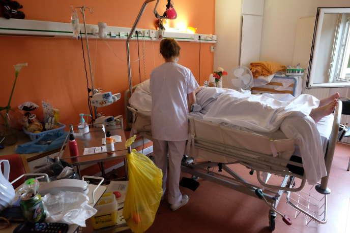 Une infirmière s'occupe d'une patiente dans le service de soins palliatifs de l'hôpital des Diaconesses, à Paris, le 12 juin.