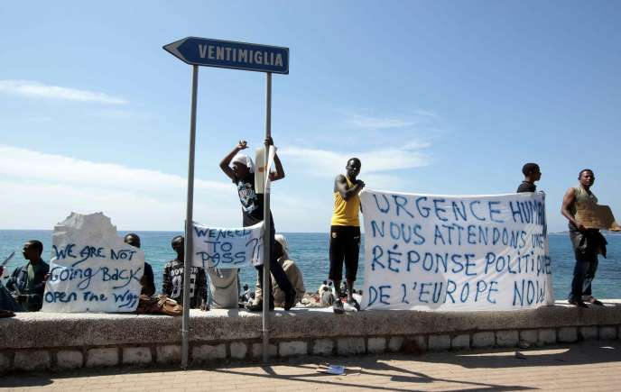 Des migrants du Soudan et d'Eythrée manifestent à la frontière franco-italienne, le 15 juin 2015.