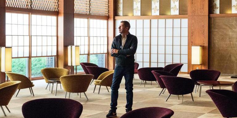 Tomas Maier photographié à l'hôtel Okura à Tokyo, en 2015.