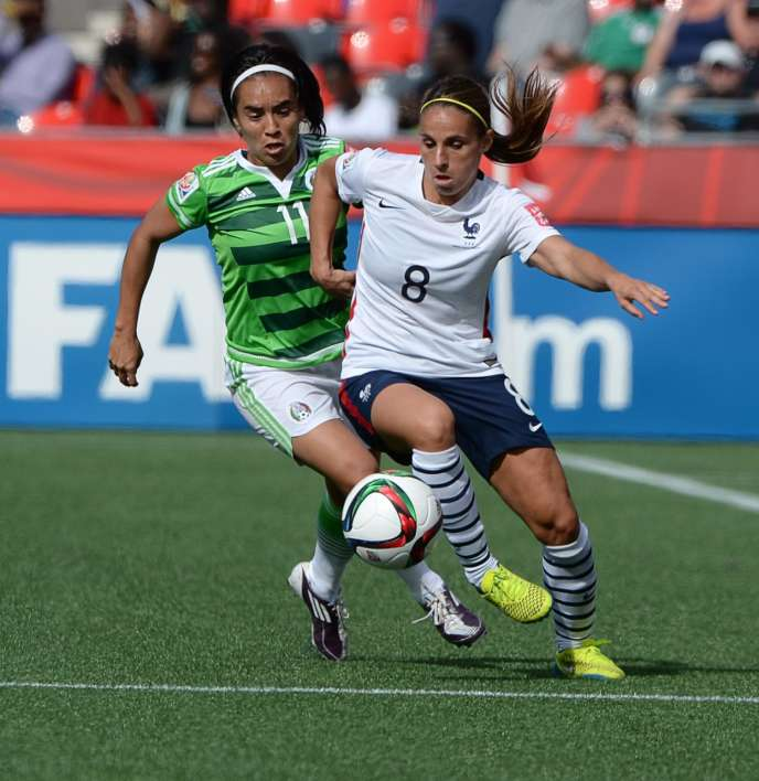 La Française Jessica Houara face à la Mexicaine Monica Ocampo, lors du match qui a vu s'imposer les Bleues par cinq buts à zéro.