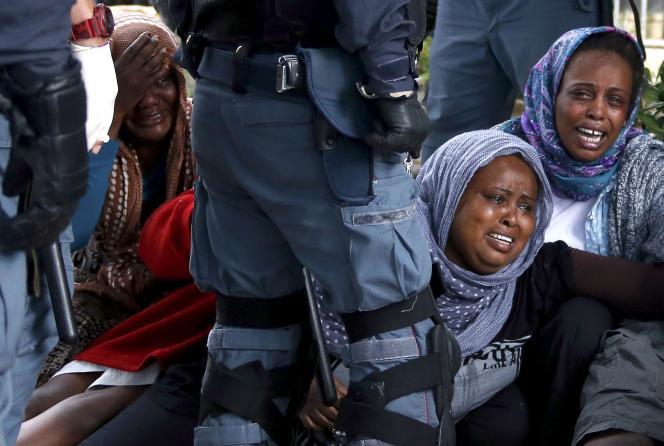 Un groupe de migrants évacué par la police italienne à Vintimille, mardi 16 juin.
